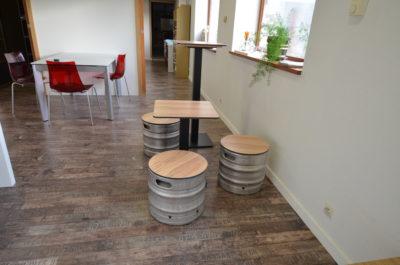 Ensemble tables, et tabourets